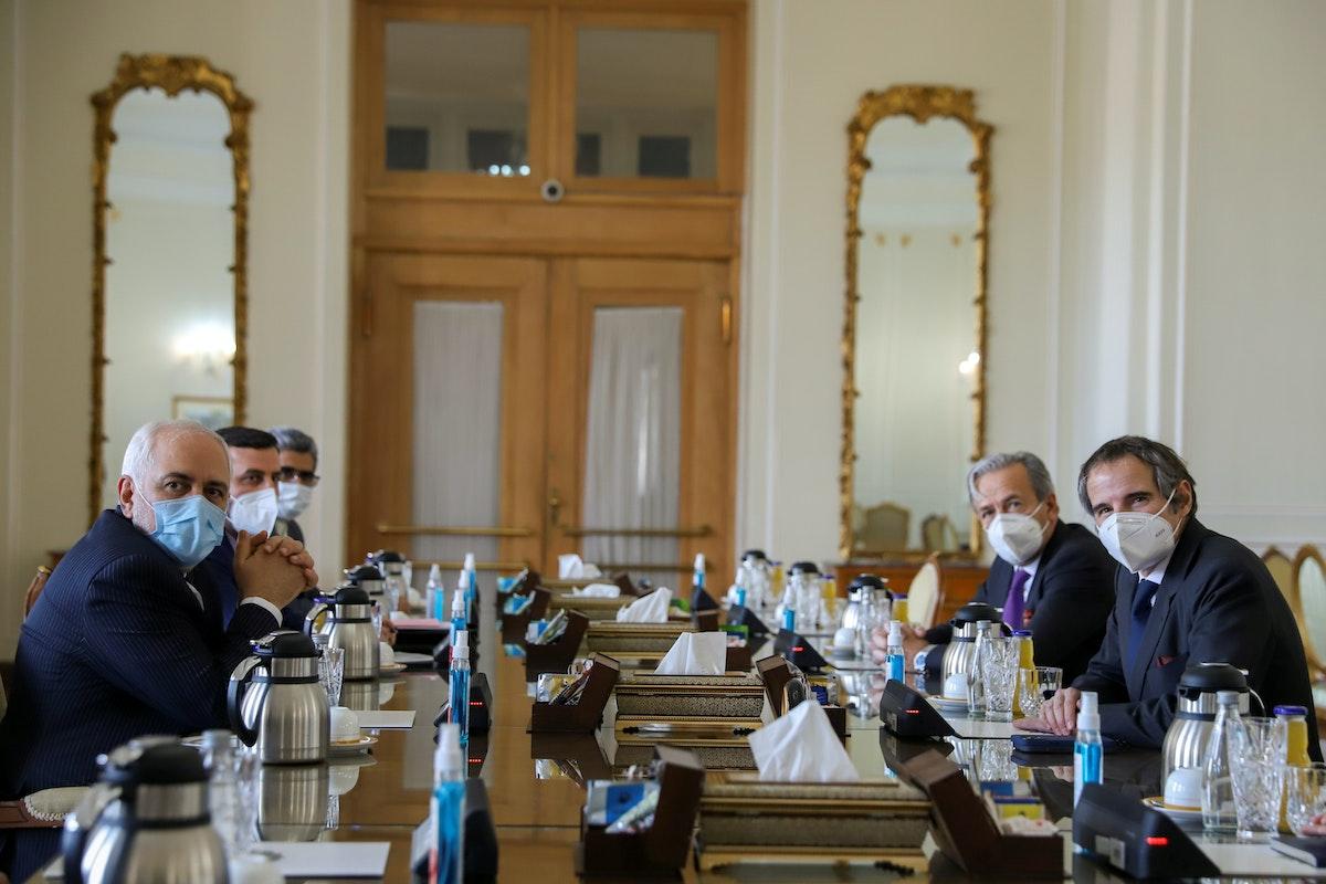 لقاء يجمع المدير العام للوكالة الدولية للطاقة الذرية رافائيل غروسي مع وزير الخارجية الإيرانية محمد جواد ظريف - VIA REUTERS