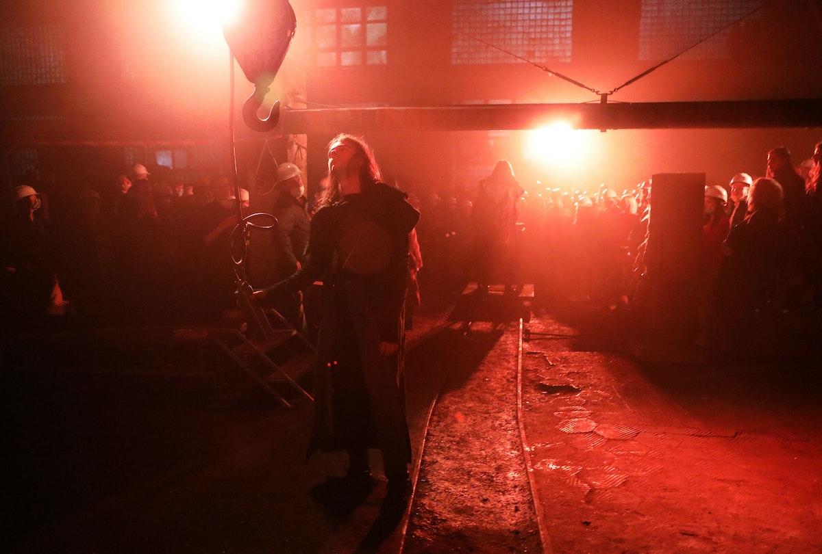 """أحد الممثلين يؤدي عرضاً خلال مسرحية """"روميو وجولييت"""" التي أقيمت في القاعات الصناعية لمصنع سوفيتي قديم في أوكرانيا - 29 مايو 2021 - REUTERS"""