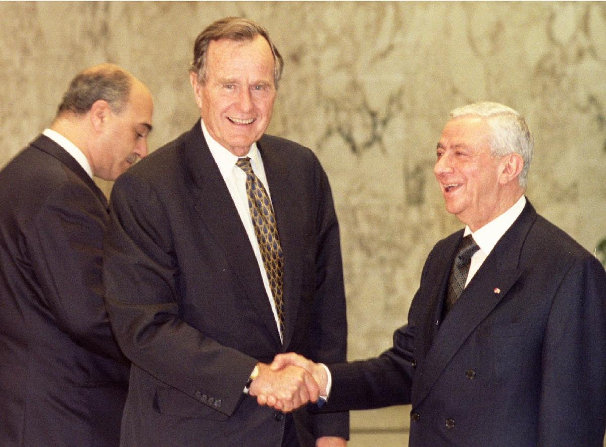 الرئيس اللبناني الراحل إلياس الهراوي خلال لقاء مع الرئيس الأميركي الراحل جورج بوش في بيروت- 26 مارس 1983 - REUTERS
