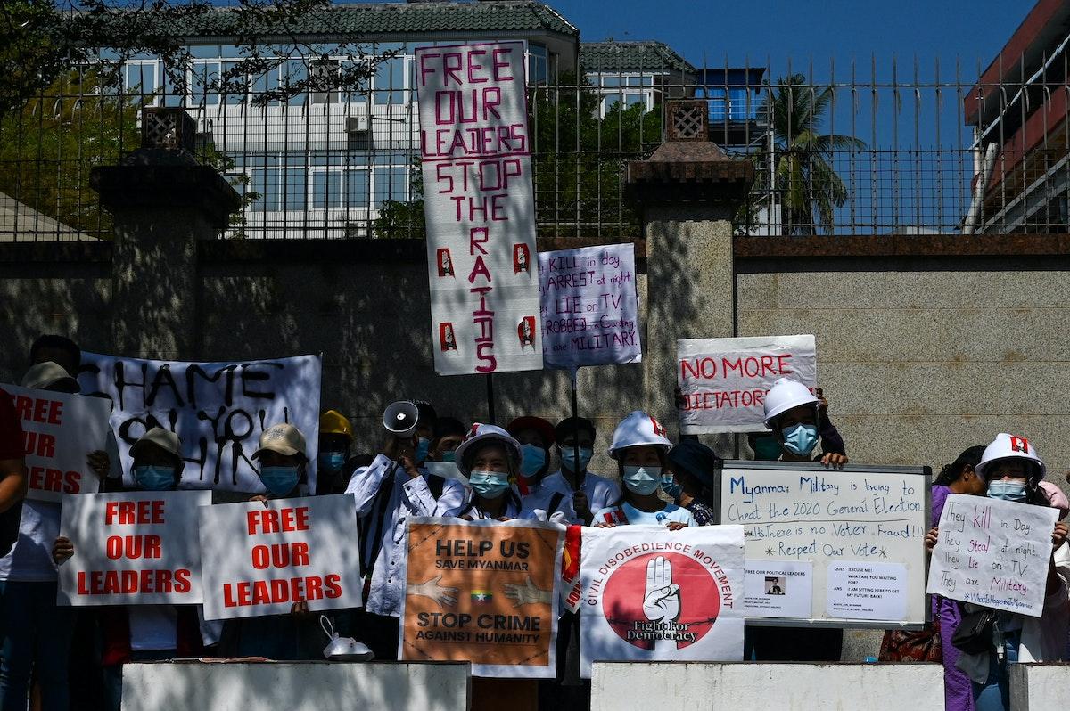 متظاهرون خارج السفارة الصينية في يانغون ضد الانقلاب العسكري - 13 فبراير 2021 - AFP