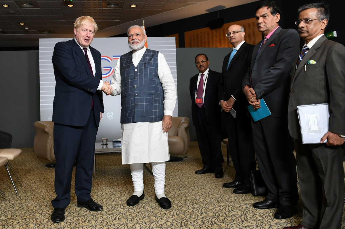 رئيس الوزراء البريطاني بوريس جونسون يلتقي رئيس الوزراء الهندي ناريندرا مودي في اجتماع ثنائي خلال قمة مجموعة السبع في بياريتز بفرنسا. 25 أغسطس 2019 - REUTERS
