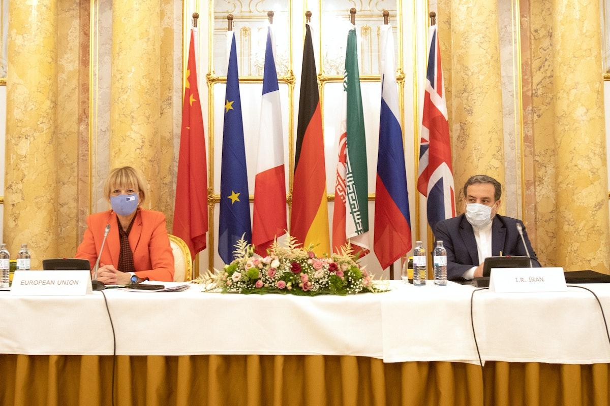 """كبير المفاوضين الإيرانيين عباس عراقجي، والأمينة العامة لجهاز العمل الخارجي الأوروبي (EEAS) هيلغا شميد، يحضران اجتماع اللجنة المشتركة لـ""""الاتفاق النووي""""، في العاصمة النمساوية فيينا - 1 سبتمبر 2020 - REUTERS"""
