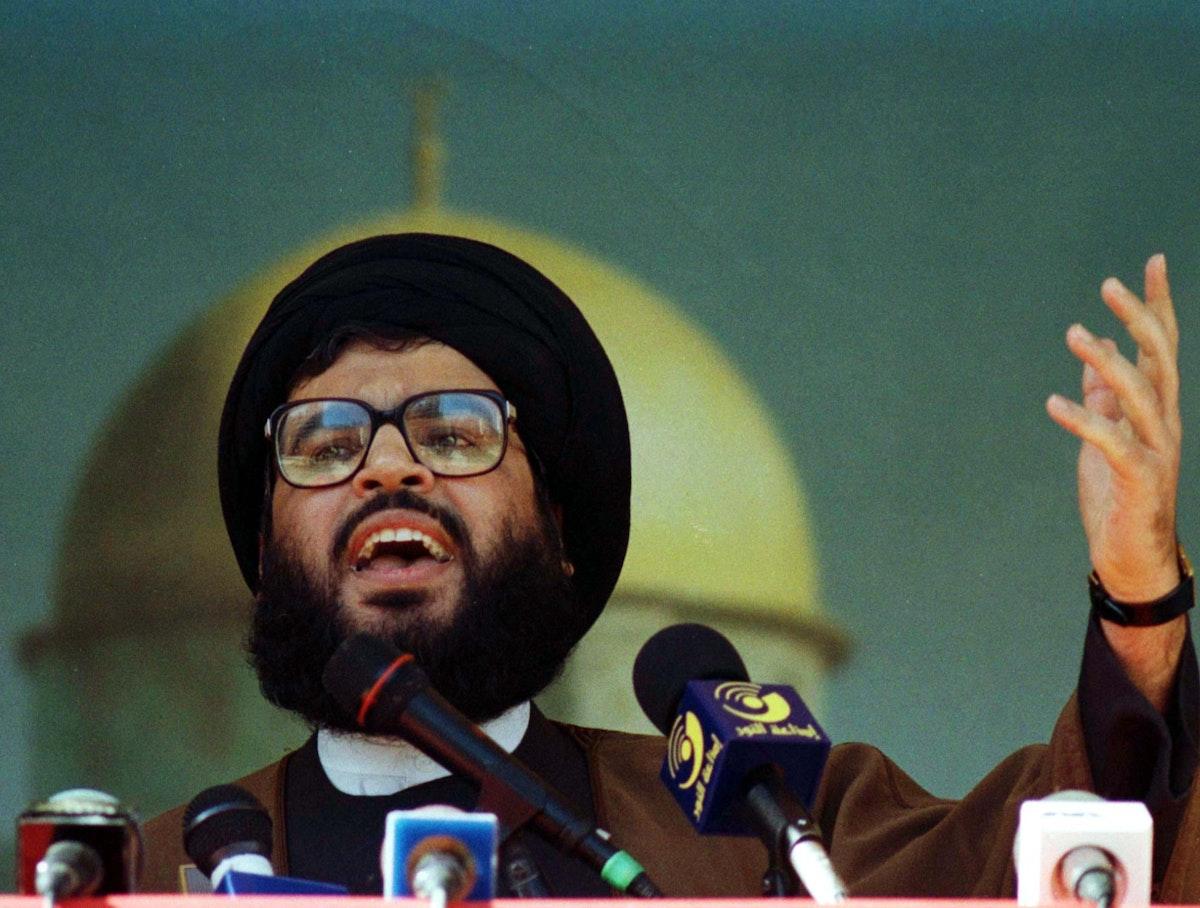 """زعيم حزب الله اللبناني حسن نصر الله يلقي خطاباً بمناسبة """"يوم القدس العالمي"""" في إحدى ضواحي بيروت- 23 يناير 1998 - REUTERS"""