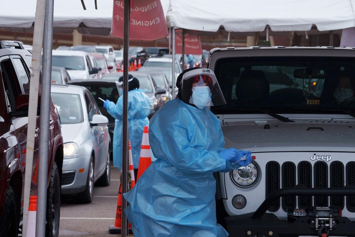 فرق طبية تجري فحوصات للكشف عن الإصابة بفيروس كورونا المستجد في مقر جامعة تكساس بالولايات المتحدة - REUTERS