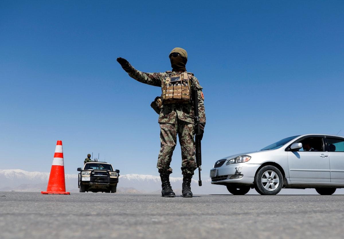 جندي من القوات الأفغانية يقف في نقطة تفتيش بإحدى ضواحي العاصمة كابول - REUTERS