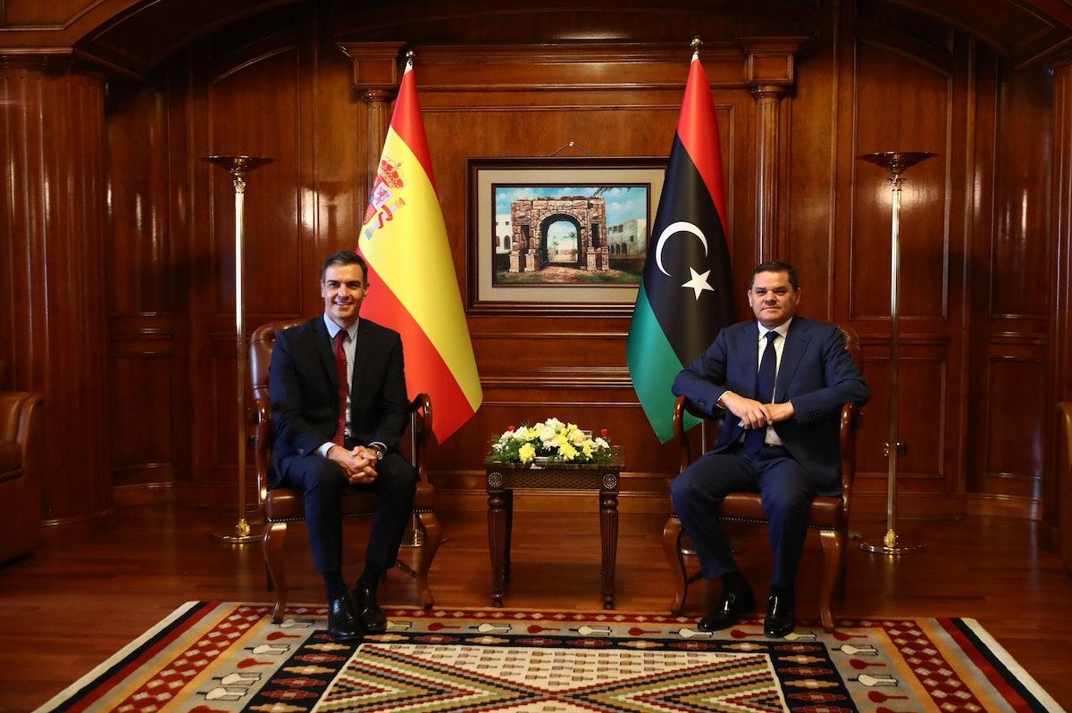 رئيس حكومة الوحدة الوطنية الليبية عبد الحميد الدبيبة (يمين) يعقد محادثات مع نظيره الإسباني بيدرو سانشيز في طرابلس - twitter/@sanchezcastejon