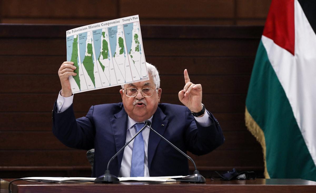 الرئيس الفلسطيني محمود عباس يحمل خريطة توضح التغيير الحاصل في خريطة فلسطين. 3 سبتمبر 2020 - AFP