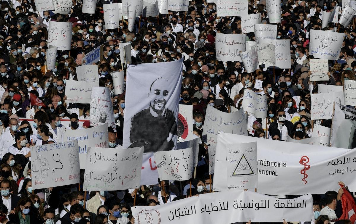 أطباء تونسيون يرددون هتافات خلال مظاهرة مناهضة للحكومة أمام وزارة الصحة بالعاصمة تونس في 8 ديسمبر 2020، بعد وفاة طبيب شاب في حادث بمستشفى جندوبة - AFP