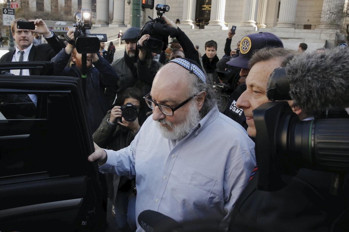 جوناثانبولارد يغادر المحكمة الجزئية الأميركية وسط الصحافيين وعناصر الشرطة في حي مانهاتن بنيويورك - REUTERS