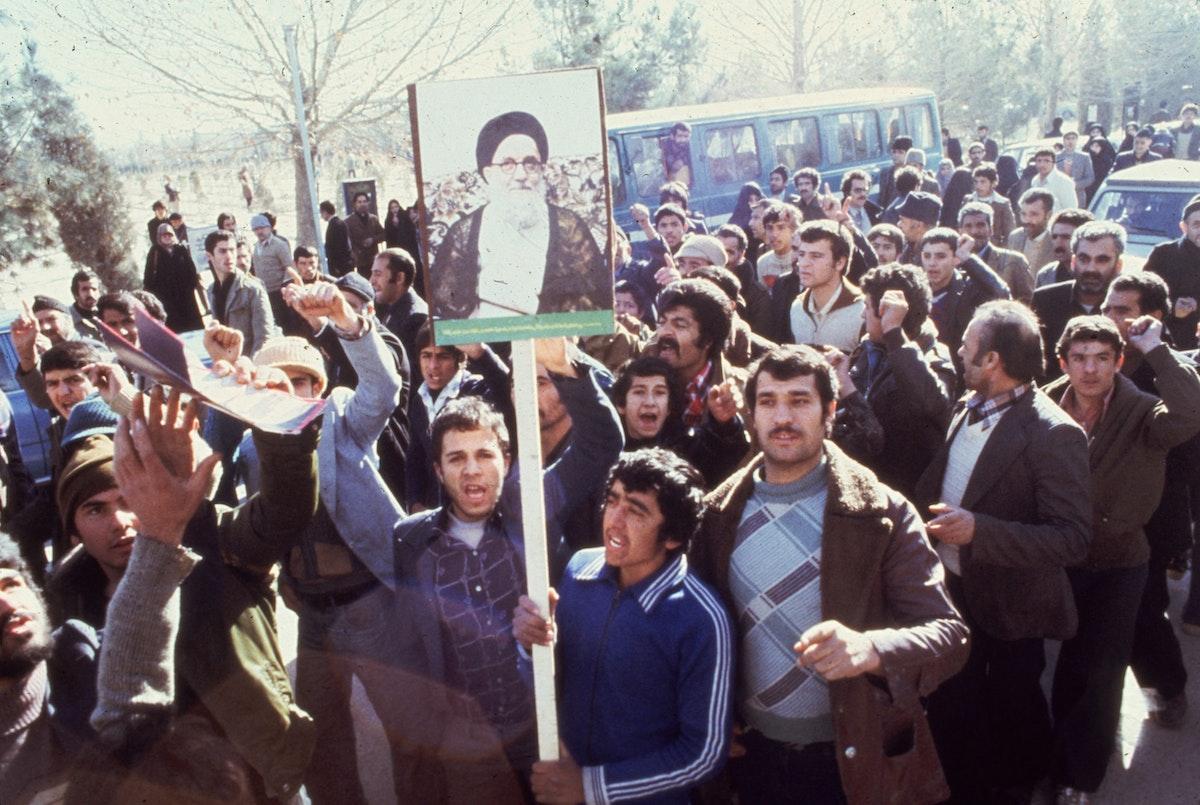 متظاهرون في طهران يطالبون باستبدال شاه إيران أثناء الثورة الإيرانية 1979 - Getty