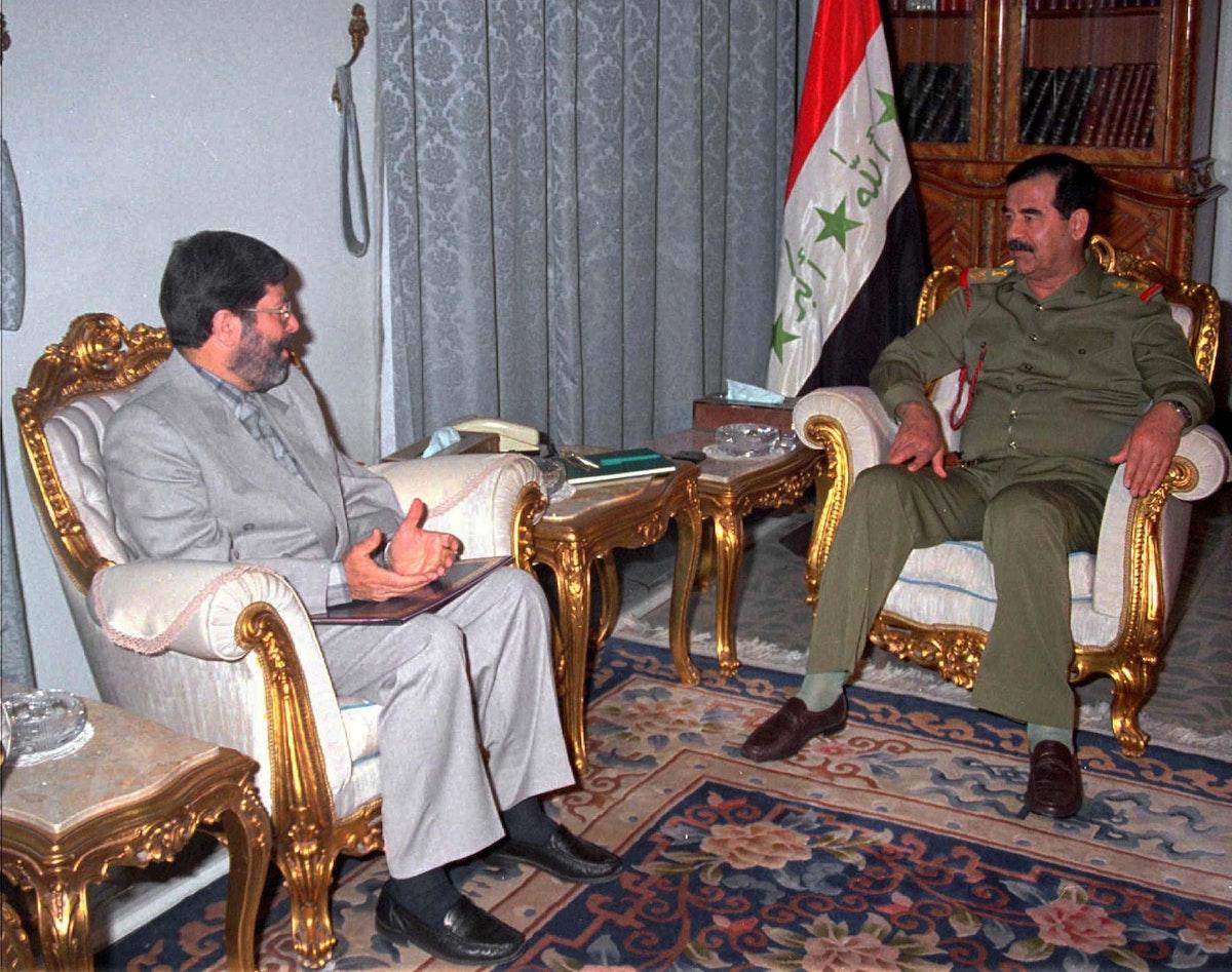 الرئيس العراقي الراحل صدام حسين يتسلم دعوة من مبعوث الرئيس الإيراني هاشمي رفسنجاني لحضور قمة المؤتمر الإسلامي في طهران- 21 يونيو 1997 - REUTERS