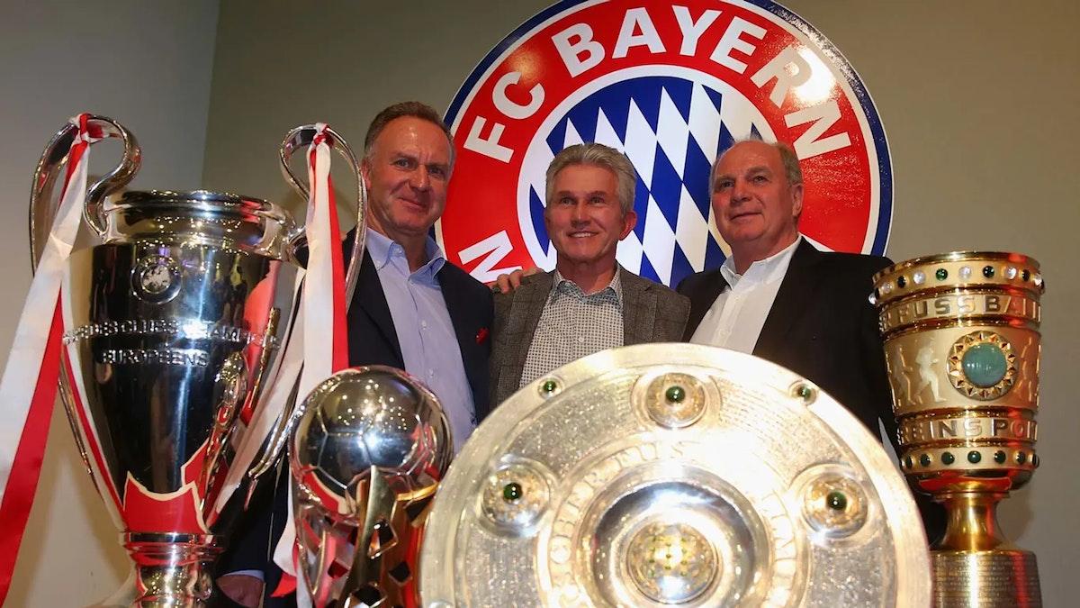 كارل هاينز رومينيغه (يسار) رفقة المدرب يوب هاينكس (وسط) والرئيس أولي هونيس بعد الفوز بالثلاثية في عام 2013 - fcbayern.com