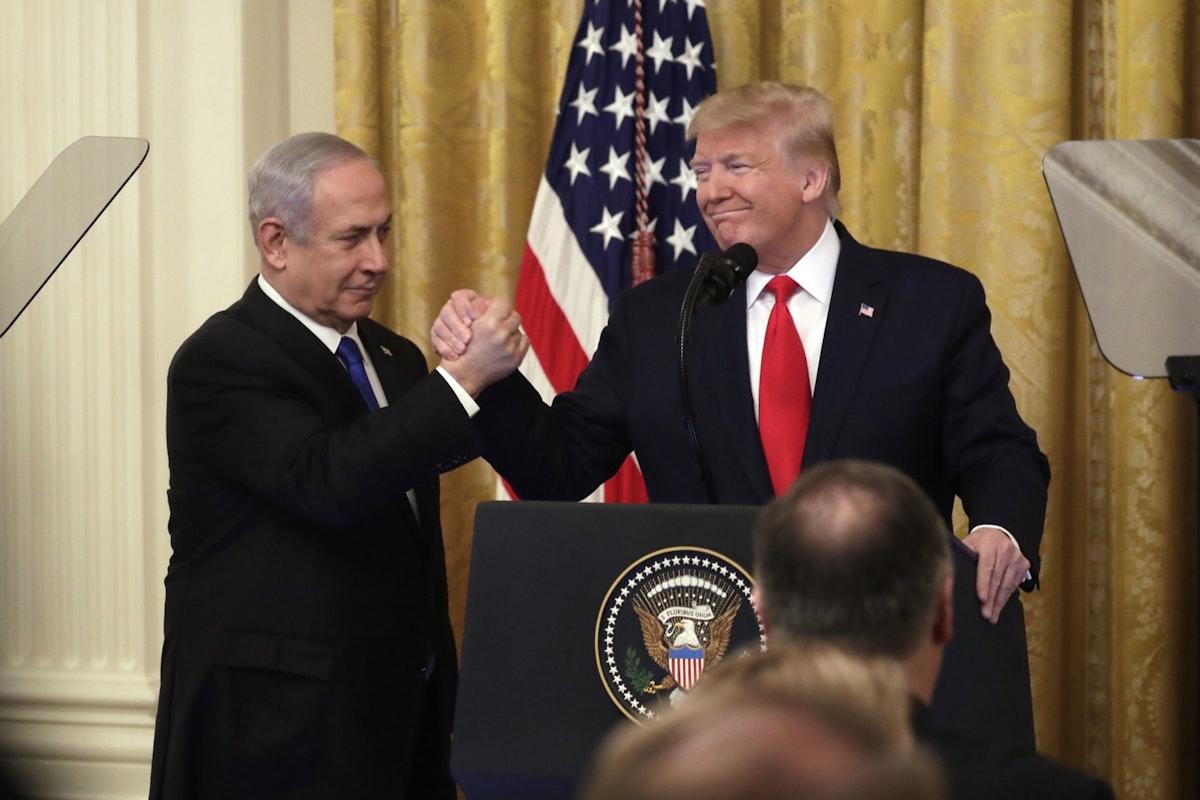 الرئيس الأميركي دونالد ترمب ورئيس الوزراء الإسرائيلي بنيامين نتنياهو خلال مؤتمر صحافي في البيت الأبيض - 28 يناير 2020 - Bloomberg