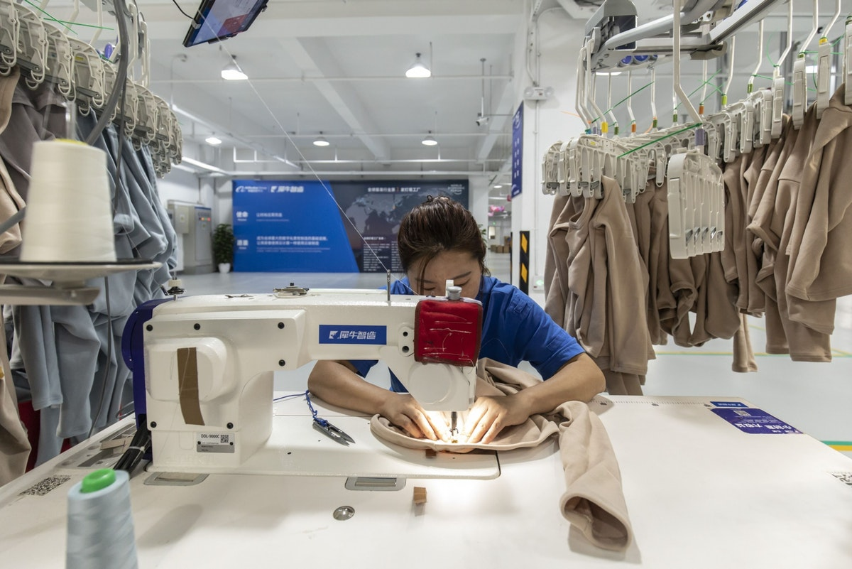 """عاملة في مصنع لشركة """"علي بابا"""" في مدينة هانغتشو الصينية - 13 أكتوبر 2020 - Bloomberg"""