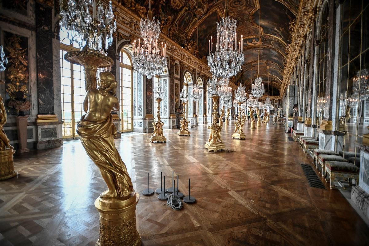 من داخل قصر فرساي والذي يبعد 25 كم عن العاصمةالفرنسية باريس - AFP