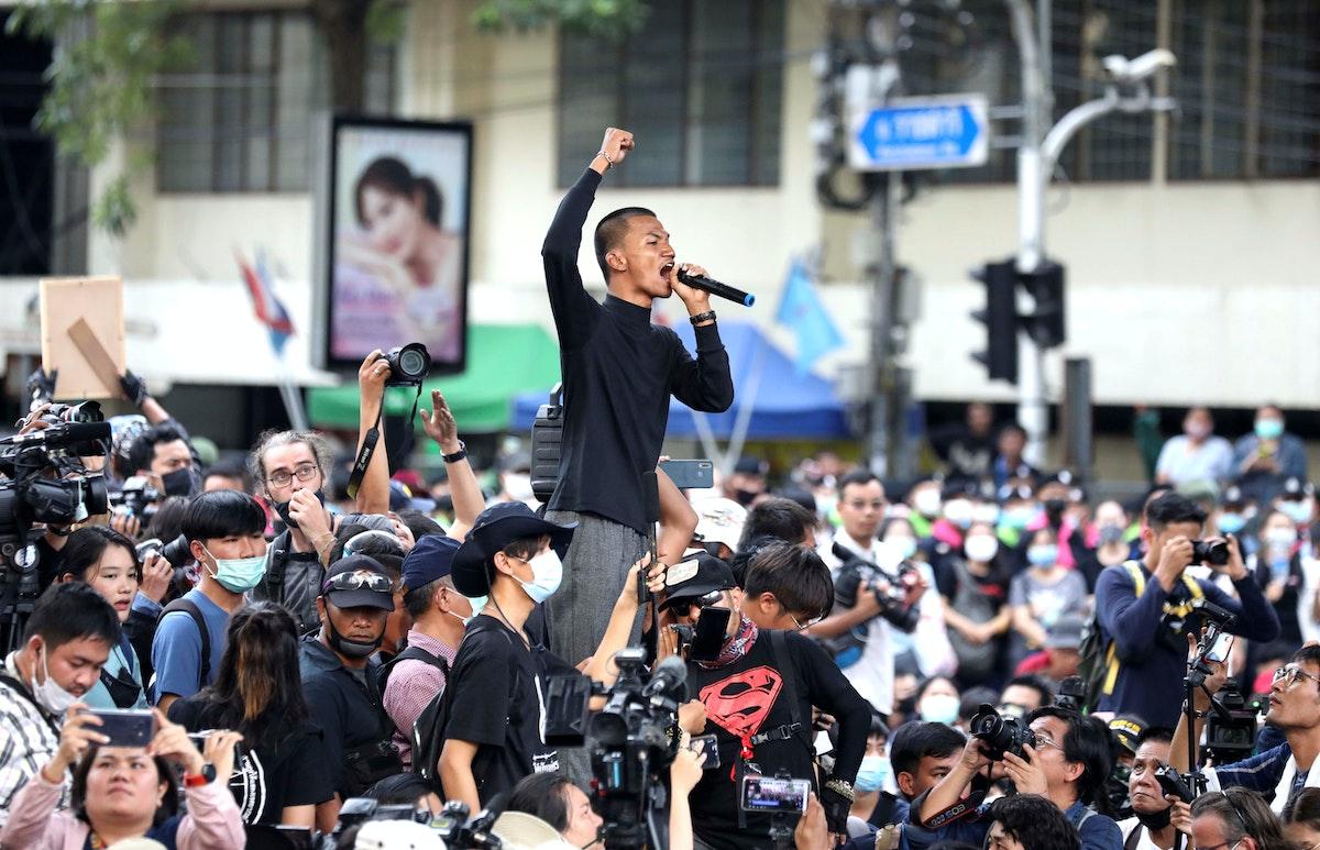 رجل يخاطب المتظاهرين في شوارع بانكوك - REUTERS