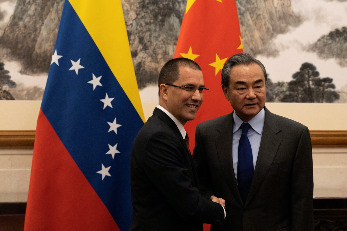وزيرا الخارجية الصيني وانغ يي والفنزويلي خورخي أرّيازا في بكين - 16 يناير 2020 - REUTERS