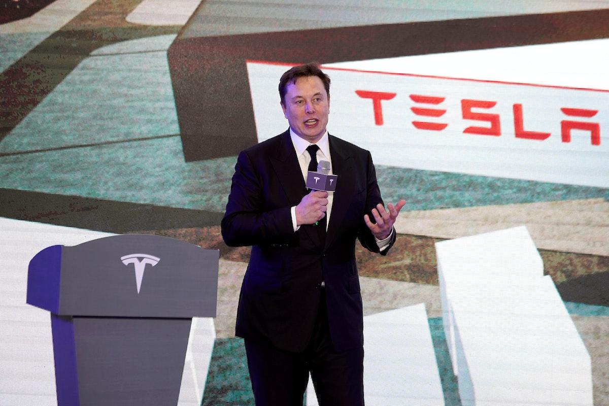 """الرئيس التنفيذي لشركة """"تيسلا"""" إيلون ماسك، يتحدث في حفل افتتاح برنامج """"Tesla China-Made Model Y"""" في شنغهاي - REUTERS"""