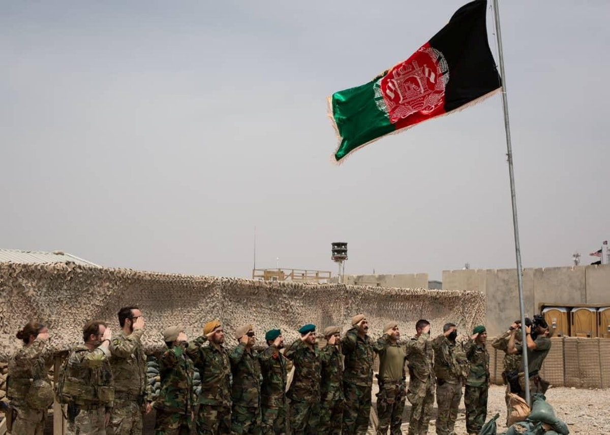 القوات الأفغانية تحيّي علم بلادها في معسكر أنتونيك بإقليم هلمند - REUTERS