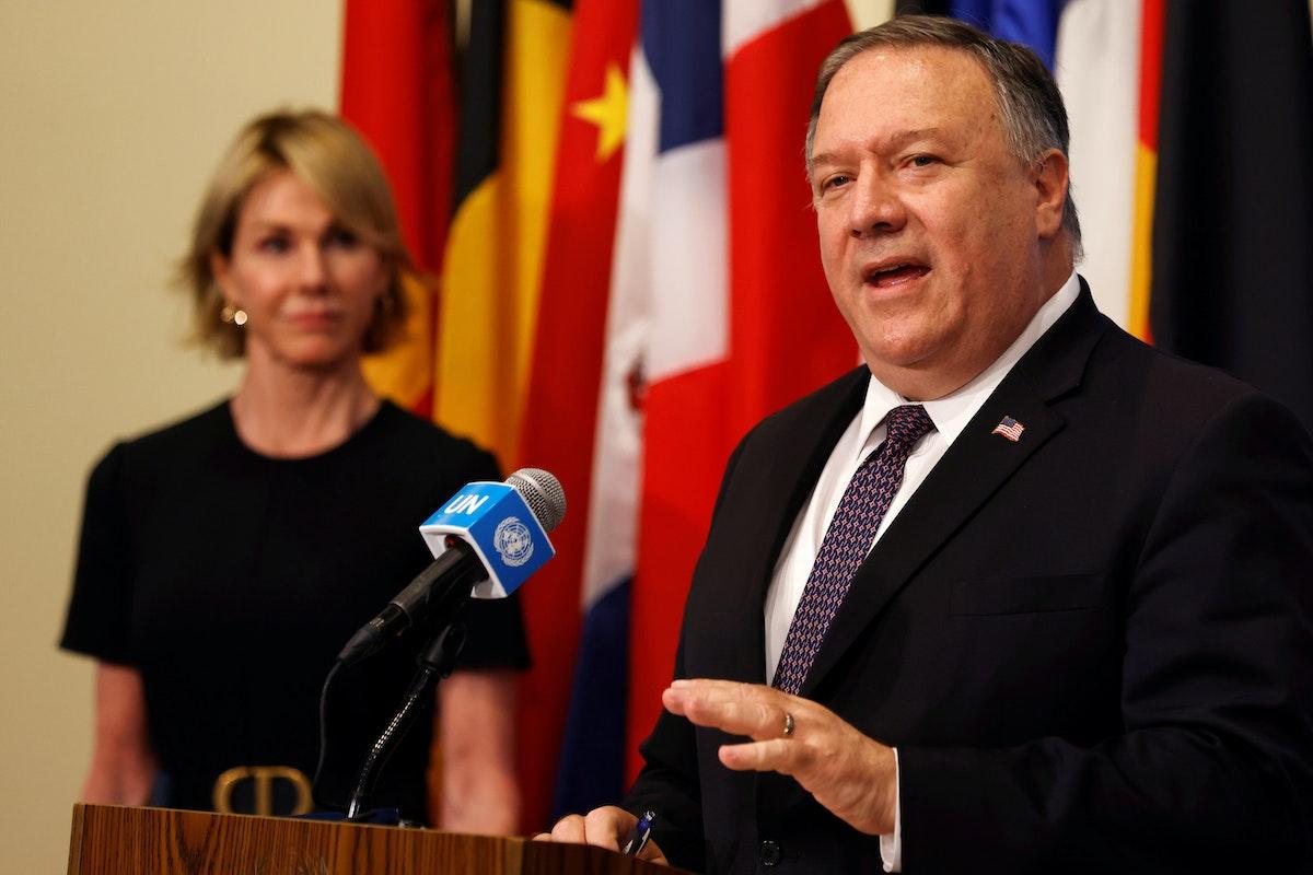 وزير الخارجية الأميركي مايك بومبيو، يتحدث إلى الصحافيين بعد اجتماع مع أعضاء مجلس الأمن التابع للأمم المتحدة، بينما تستمع السفيرة الأميركية لدى الأمم المتحدة، كيلي كرافت، المقر الرئيسي في نيويورك، 20 أغسطس 2020 - REUTERS