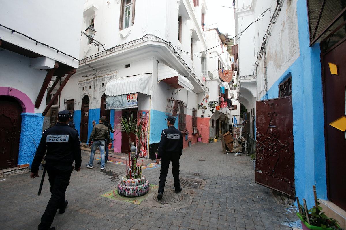 أفراد من الشرطة يقومون بدوريات لمراقبة حظر التجول في شوارع المدينة القديمة بالدار البيضاء في المغرب - REUTERS