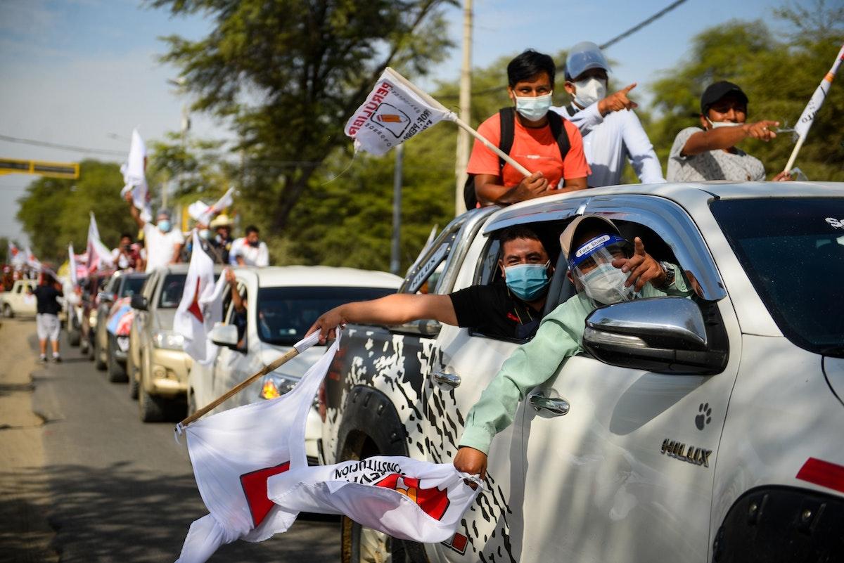 مؤيّدون للمرشح اليساري بيدرو كاستيّو خلال تجمّع انتخابي في بيورا - 27 أبريل 2021 - Bloomberg