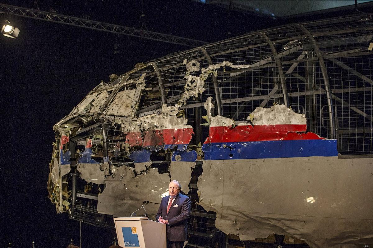 تجيبي جوسترا، رئيس مجلس السلامة الهولندي، يقدم التقرير النهائي عن تحطم طائرة الخطوط الجوية الماليزية MH17، أكتوبر 2015 - REUTERS