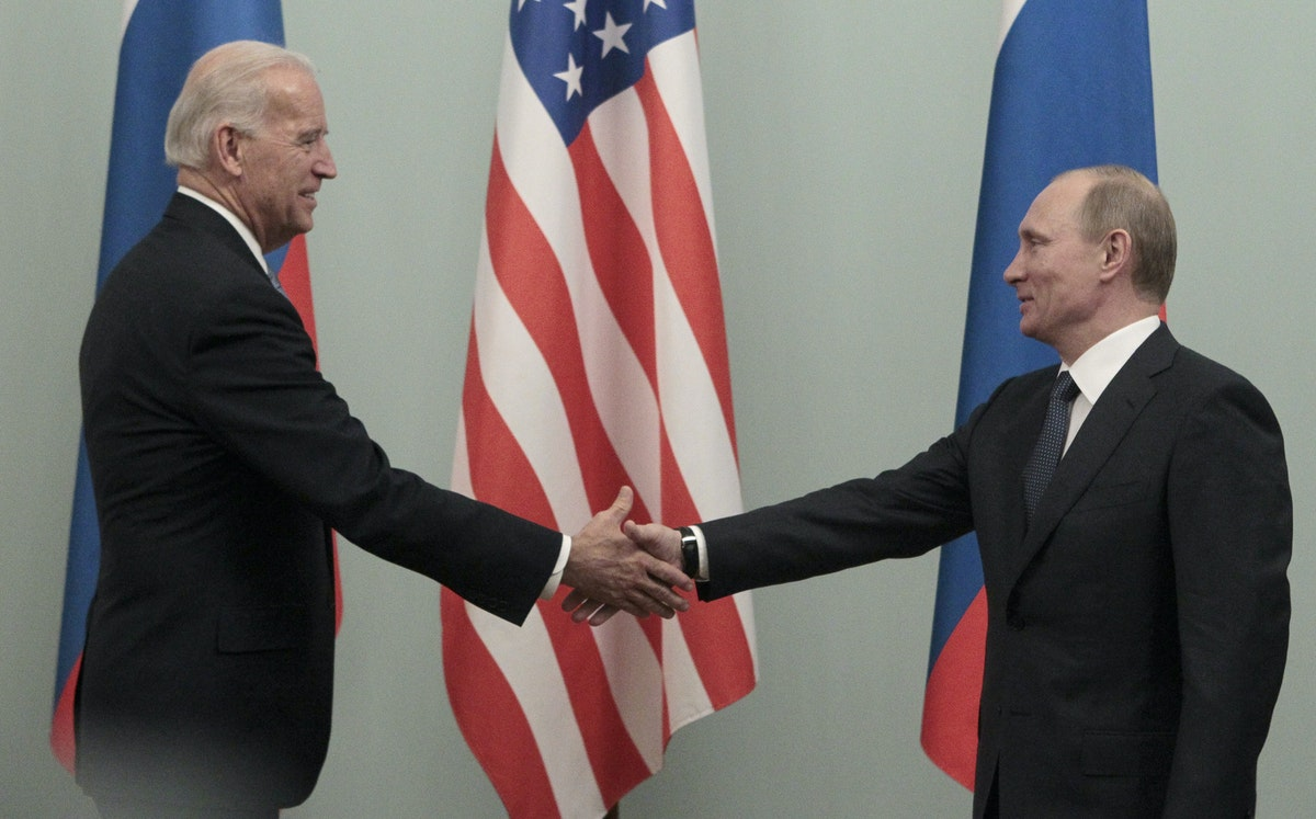 الرئيس الروسي فلاديمير بوتين، حين كان رئيساً للوزراء، يصافح الرئيس الأميركي جو بايدن، حين كان نائباً للرئيس، خلال لقاء في موسكو - 10 مارس 2011 - REUTERS