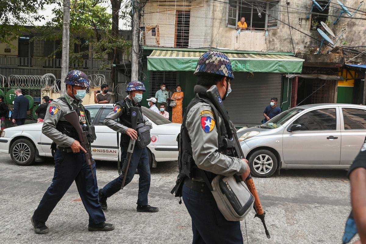 شرطيون أمام محكمة في بلدة كاميوت بميانمار - 12 مارس 2021 - REUTERS