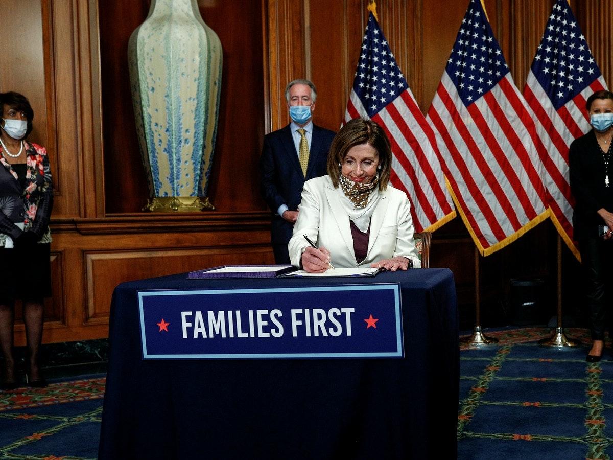 رئيسة مجلس النواب الأميركي نانسي بيلوسي توقّع في مقرّ الكونغرس خطة لدعم الاقتصاد خلال تفشي فيروس