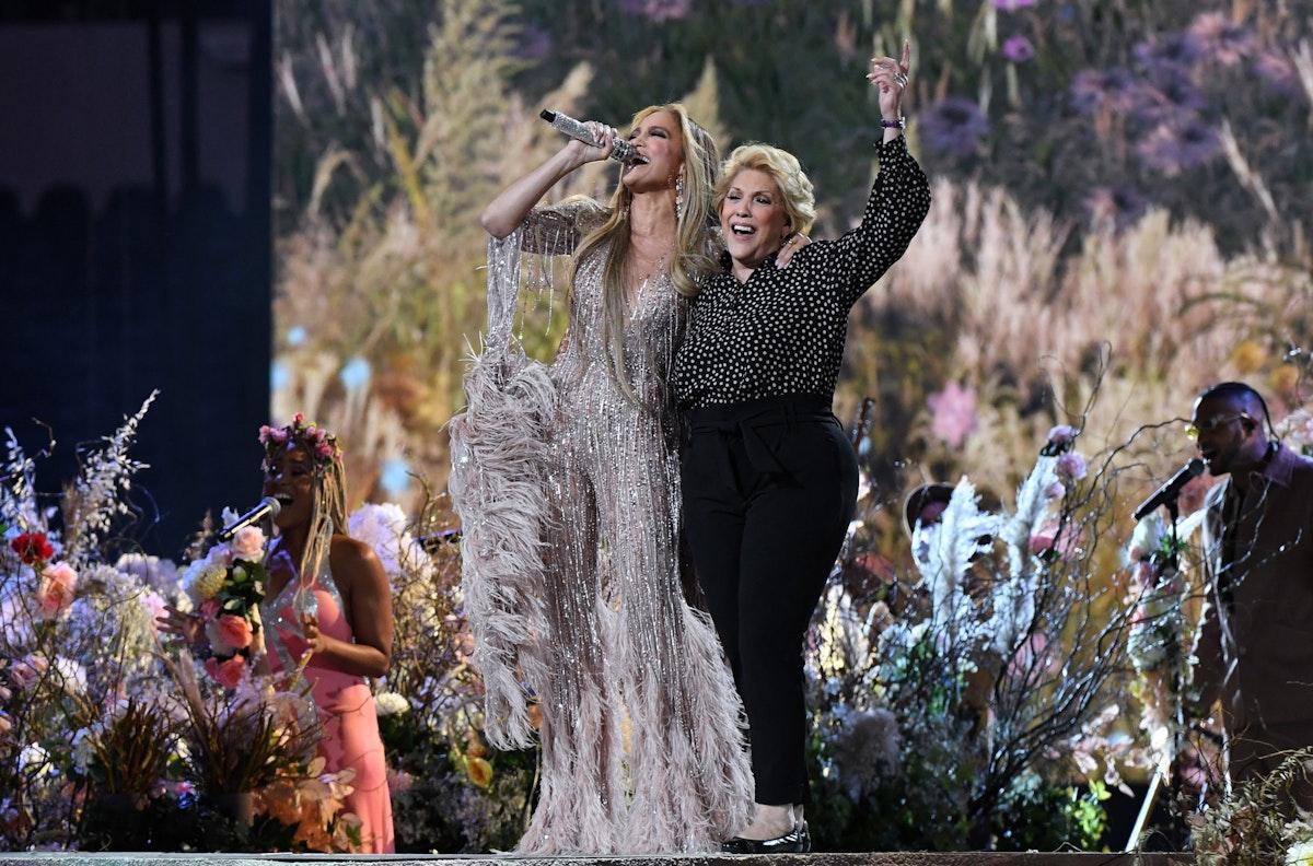 الممثلة والمغنيةجنيفر لوبيز تغني مع والدتها على مسرح لوس أنجلوس - AFP