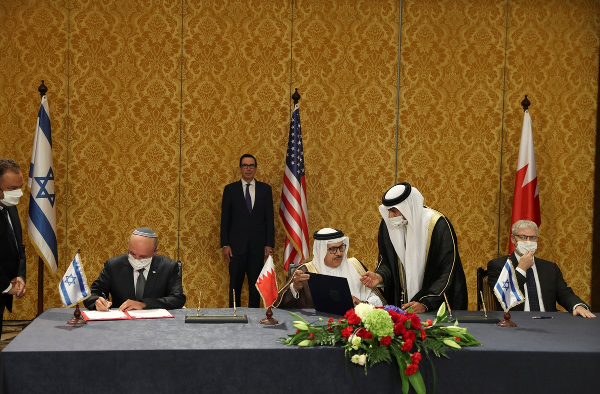 مستشار الأمن القومي الإسرائيلي مائير بن شبات ووزير الخارجية البحريني عبد اللطيف الزياني بعد توقيع اتفاق في المنامة بالبحرين، 18 أكتوبر 2020 - REUTERS