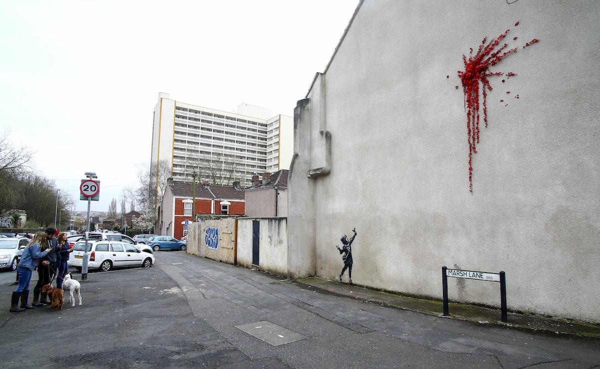 """عدد من الزوار يلتقطون صوراً للوحة """"رامي الزهور"""" - AFP"""