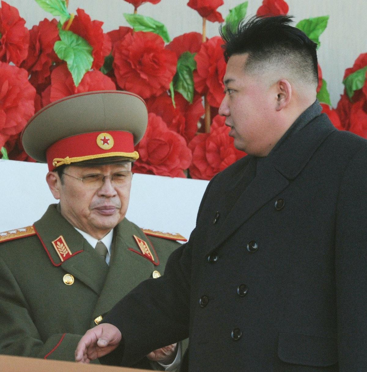 الزعيم الكوري الشمالي كيم جونغ أون وعمه جانغ سونغ تايك خلال عرض عسكري في بيونغ يانغ - 16 فبراير 2012 - REUTERS