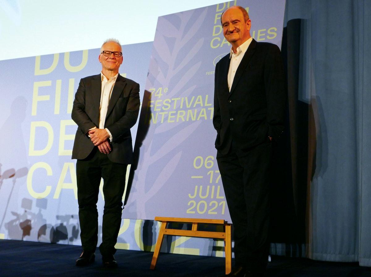 المندوب العام لمهرجان كان السينمائي تييري فريمو ورئيس المهرجان بيير ليسكيور بعد إعلان الاختيار الرسمي للدورة 74 - REUTERS