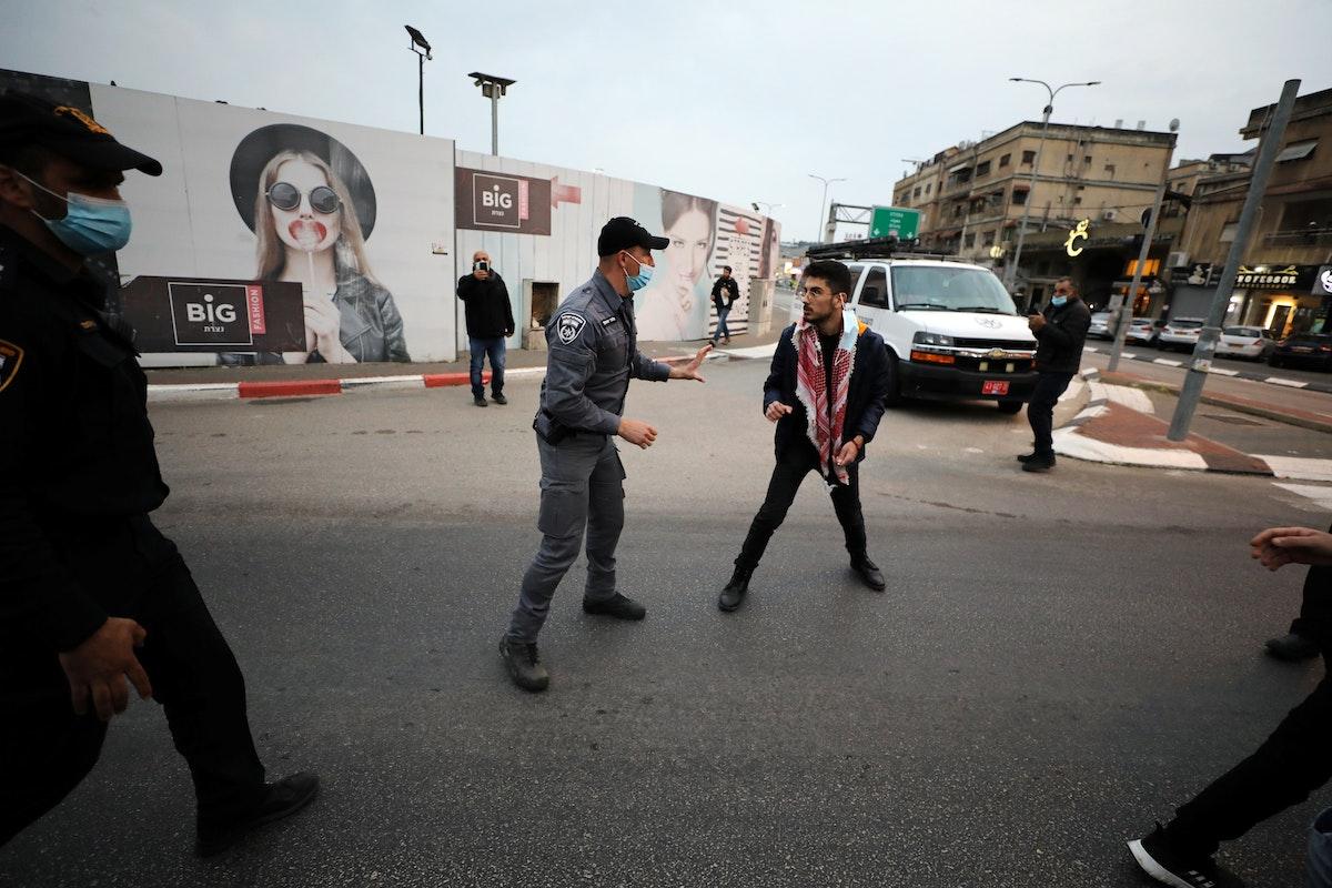 الشرطة الإسرائيلية تعتقل فلسطينيين خلال تظاهرة ضد نتنياهو أثناء زيارته مدينة الناصرة- 13 يناير 2021 - REUTERS