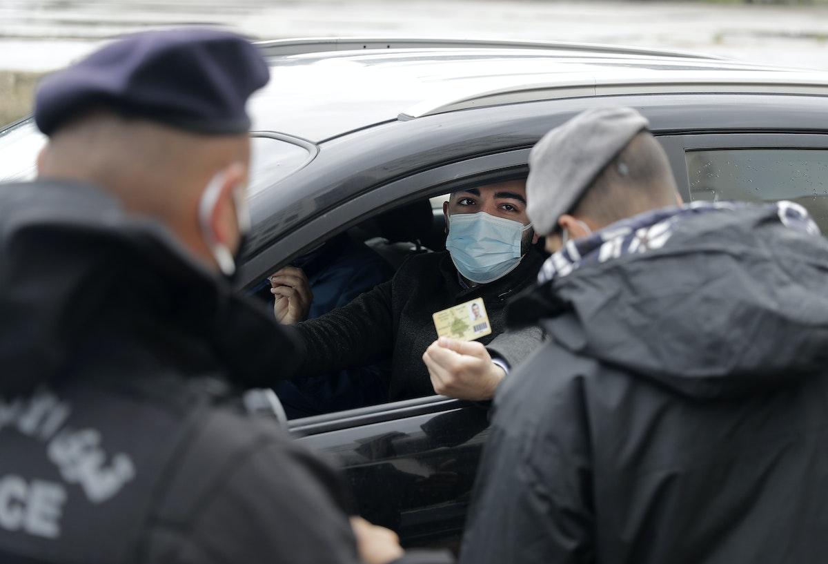 أفراد من قوى الأمن اللبناني، في نقطة تفتيش بالعاصمة بيروت في أول أيام الإغلاق الذي فرضته السلطات حتى 25 يناير لاحتواء تفشي كورونا. 14 يناير 2021 - AFP