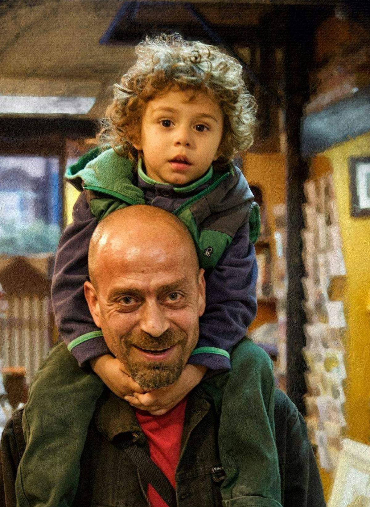 الفنان المصري الأرميني فاهان تلبيان وهو يحمل ابنه كيان - الشرق