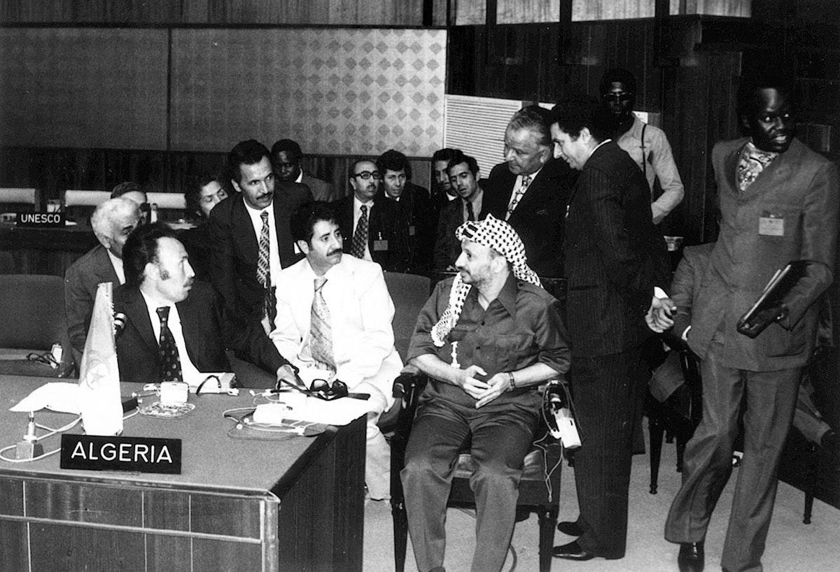 الزعيم الفلسطيني ياسر عرفات (وسطاً) يلتقي الرئيس الجزائري الأسبق هواري بومدين في الجزائر - 01 يناير 1977- AFP
