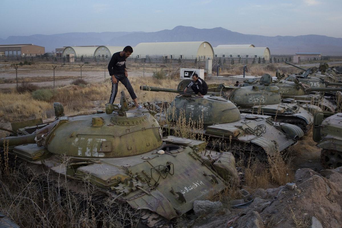 أفغان يستكشفون دبابات وناقلات جند مدرعة خارج الخدمة، قرب قاعدة الفيلق 209 للجيش الأفغاني في مزار الشريف - 7 أكتوبر 2015 - Bloomberg