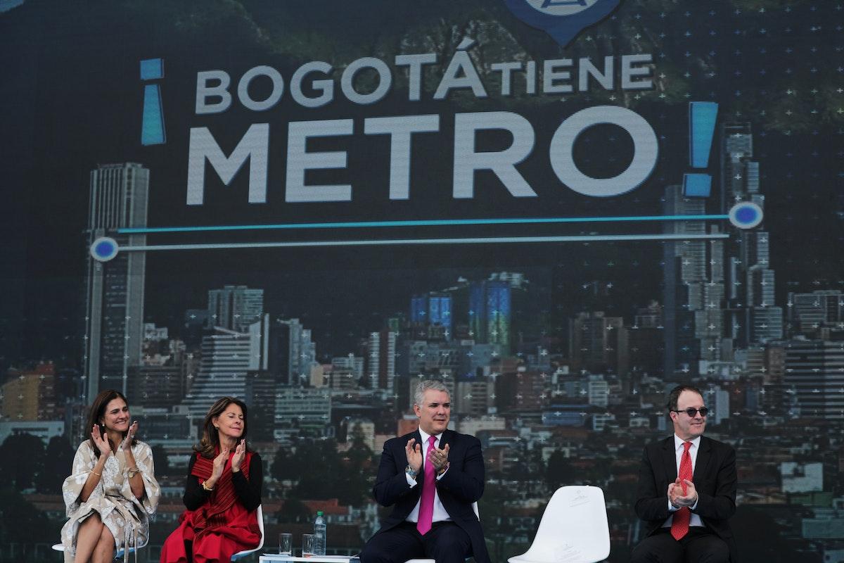 الرئيس الكولومبي إيفان دوكي (وسط) خلال تقديم مشروع مترو بوغوتا، 17 أكتوبر 2019 - REUTERS