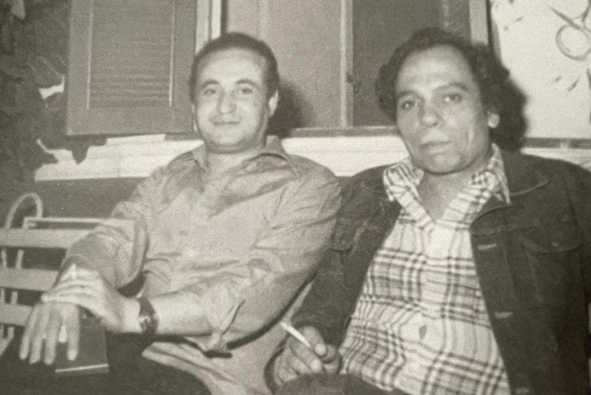 """الكاتب الراحل وحيد حامد والفنان عادل إمام في كواليس مسلسل """"أحلام الفتى الطائر"""" - الشرق"""