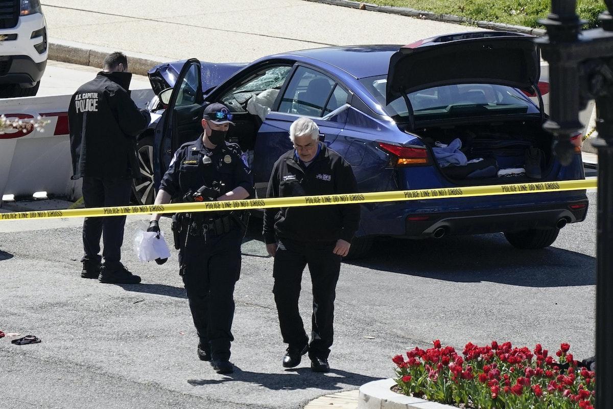 رجال شرطة قرب سيارة اصطدمت بحاجز أمني عند مبنى الكابيتول الأميركي. 2 أبريل 2021. - AP
