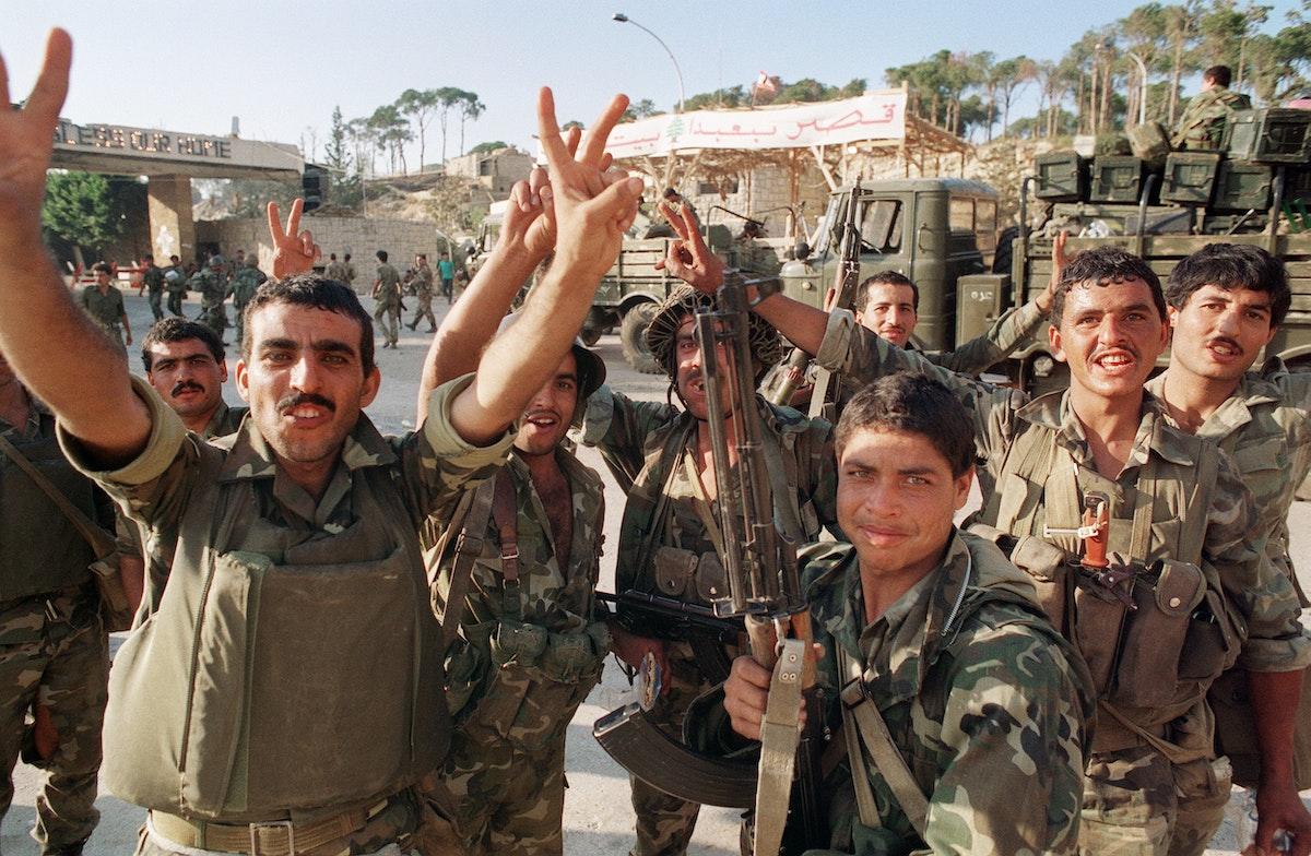 جنود سوريون يرفعون علامات النصر أمام قصر بعبدا الرئاسي في بيروت ـ  أكتوبر 1990 - AFP
