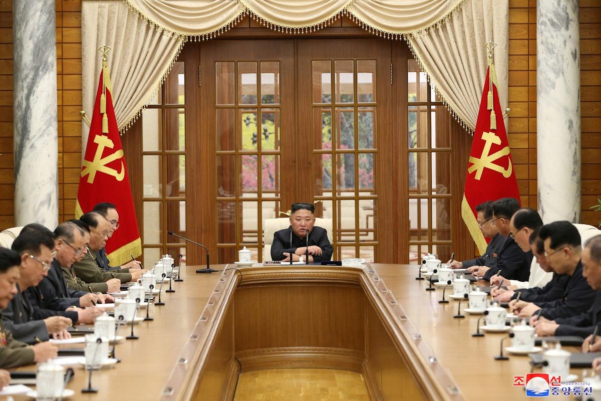الزعيم الكوري الشمالي كيم جونغ أون يرأس اجتماعاً للمكتب السياسي للجنة المركزية في حزب العمال الشيوعي ببيونغ يانغ - 4 يونيو 2021 - REUTERS
