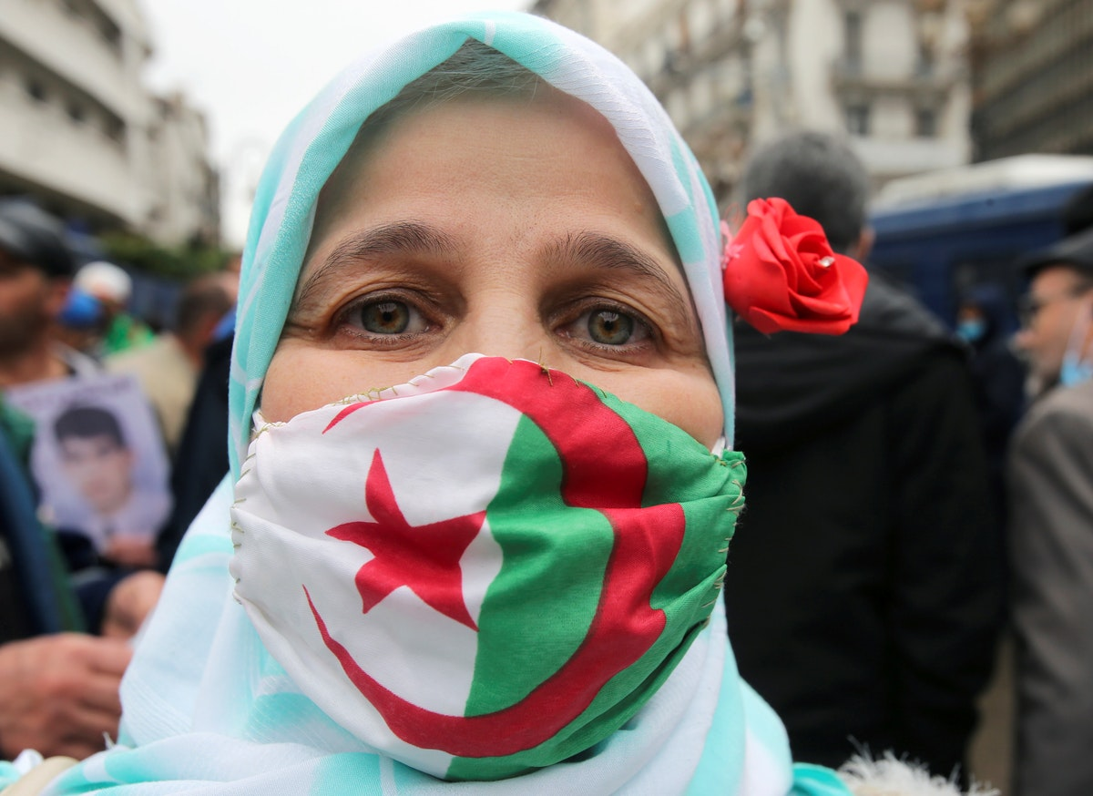 """جزائرية تشارك في مظاهرات الذكرى الثانية لـ""""الحراك"""" في العاصمة الجزائر - 22 فبراير 2021 - AFP"""