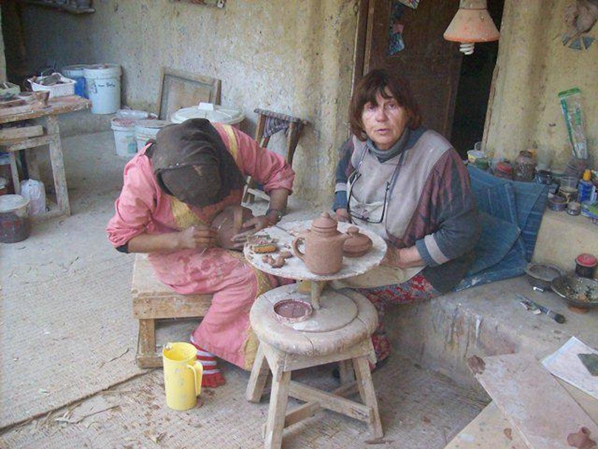 إيفلين خلال تعليم فتاة من قرية تونس أعمال الخزف والفخار - fayoumegypt.com