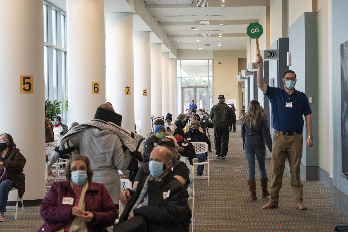 أشخاص ينتظرون لتلقي لقاح مضاد لفيروس كورونا في تكساس - 11 فبراير 2021 - Bloomberg