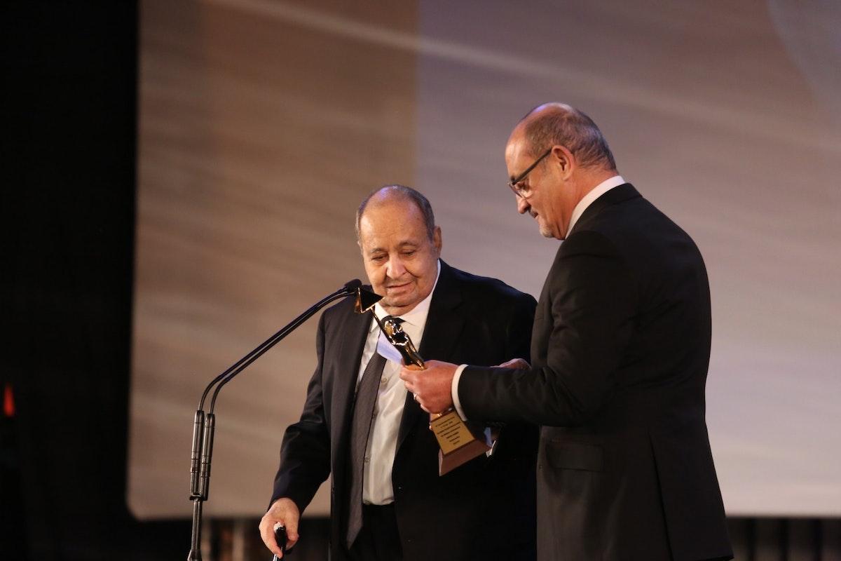 الكاتب وحيد حامد يتسلم التكريم من المخرج شريف عرفة - المكتب الإعلامي للمهرجان