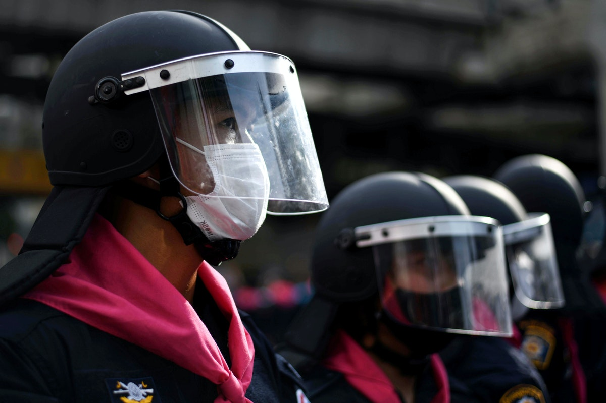 عناصر الشرطة التايلاندية تنتشر في شوارع بانكوك لمواجهة الاحتجاجات - REUTERS